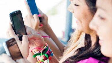 Photo of Step se dirige a adolescentes y padres con una cuenta bancaria móvil y una tarjeta Visa sin cargo.