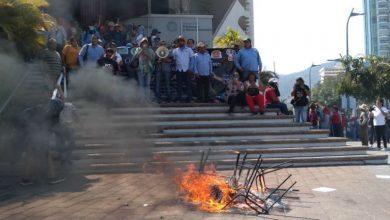 Photo of Maestros de la CETEG rompen vidrios en la Secretaría de Finanzas, realizan pintas y bloqueos en Acapulco
