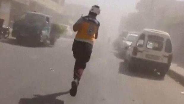 Desesperado: corre por su vida en medio de las bombas