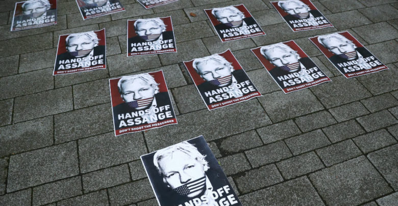 Assange seguirá en prisión; espera juicio de extradición a EU