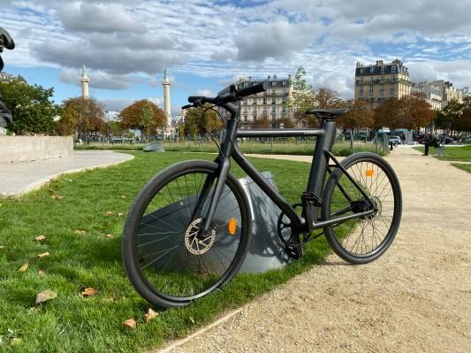 La visión de los amantes de la bicicleta con la bicicleta electrónica Cowboy