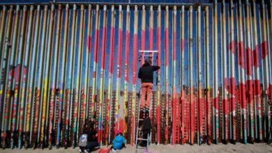 Photo of Llenan de corazones tramo del muro fronterizo
