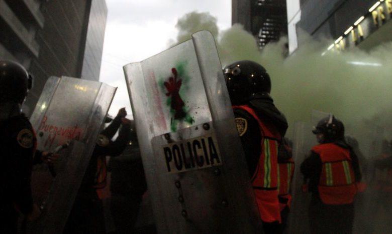 Chocan feministas y policías; incendiaron camiones del periódico La Prensa 1