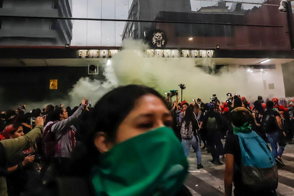Chocan feministas y policías; incendiaron camiones del periódico La Prensa 2