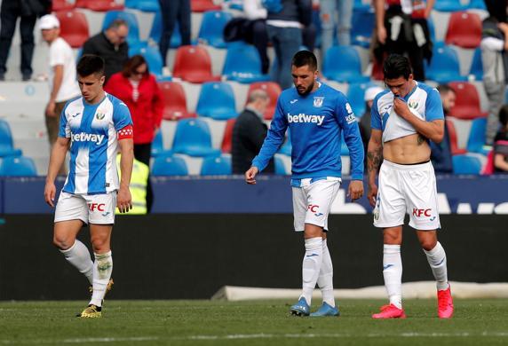 Los jugadores del Leganés, cabizbajos tras perder (2-0) la pasada jornada ante el Levante en el Ciutat de València