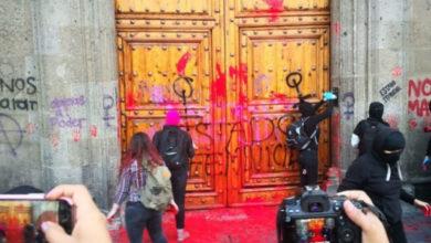 Photo of No estamos investigando a mujeres que pintaron puerta de Palacio Nacional: AMLO