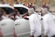 """Photo of """"Ya recibí tu carta"""", AMLO saluda de mano a mamá de El Chapo Guzmán (VIDEO)"""