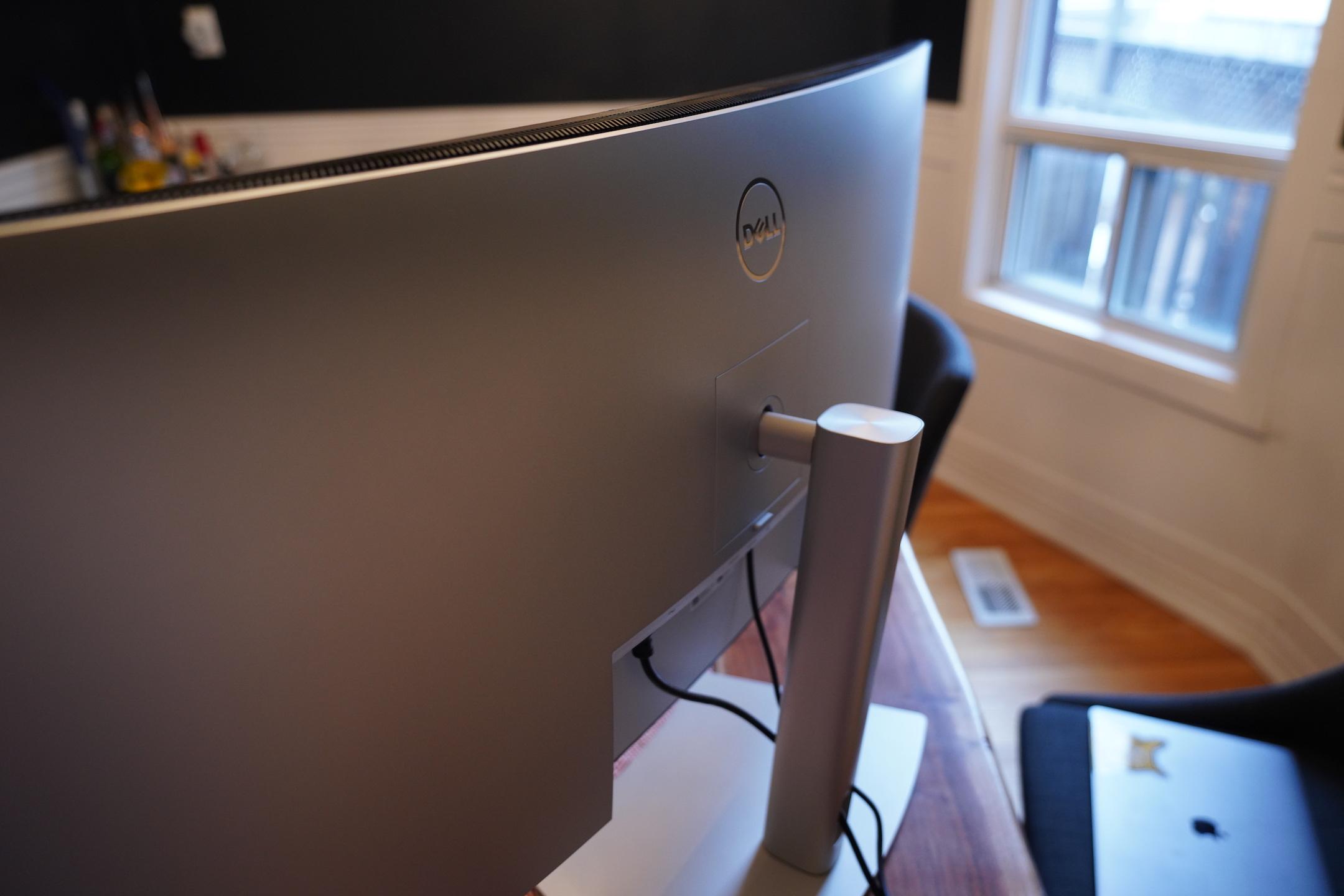 El monitor curvo de 40 pulgadas de Dell es perfecto para un centro de comando de oficina en casa 2