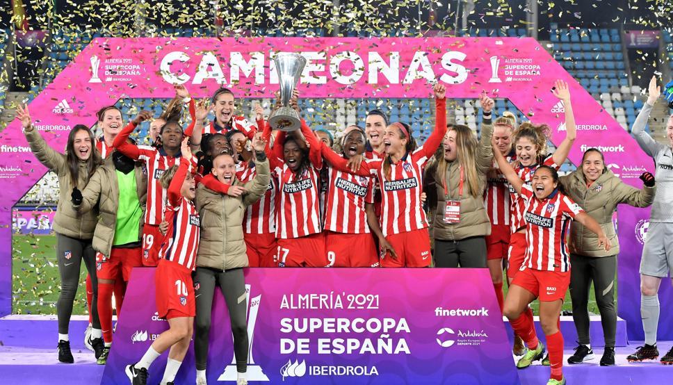 Emblemas del Atlético felicitan a las supercampeonas de España 18